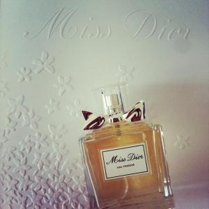 miss-dior-eau-fraiche-diorshow-new-look-by-ch-L-PMM-hP