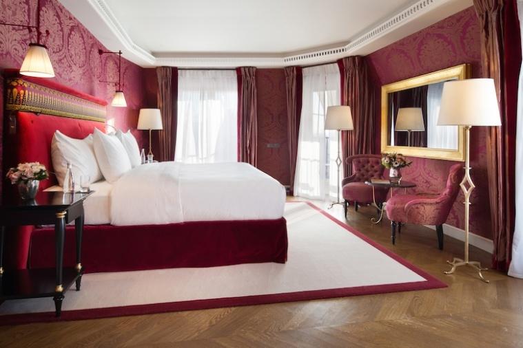 la-réserve-paris-luxury-hotel-interior-design-red-bedroom